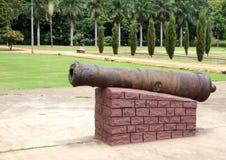 Vista lateral si canon antiguo en el verano del sultán de Tipu imagenes de archivo