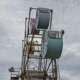 Vista lateral sobre gran Ferris Wheel con la ronda, cabinas coloridas con los animales impresos Localizado en tierra de la opinió fotos de archivo