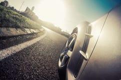 Vista lateral sobre una deriva del coche deportivo Imagen de archivo libre de regalías
