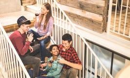 Vista lateral superior de los amigos felices raciales multi que prueban el vino tinto en el lagar de la moda imágenes de archivo libres de regalías
