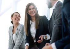 Vista lateral um grupo de executivos que discutem oportunidades novas imagens de stock