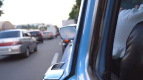 Vista laterale alla vecchia retro guida dell'automobile sulla via della città il giorno di estate Uomo irriconoscibile che guida  archivi video