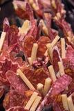 Vista laterale alta vicina dei coni della carta di approvvigionamento dell'antipasto con il hamon del chorizo del salame del fuet immagine stock