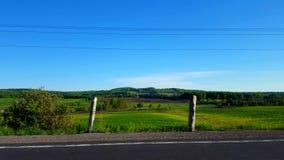 Vista laterale che guida dal campo rurale nel giorno Punto di vista POV del driver che guida dopo i campi scenici della campagna stock footage