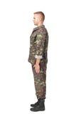Vista laterale completa del corpo del soldato dell'esercito che sta nell'attenzione Fotografie Stock