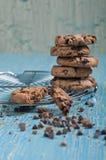 Vista laterale dei biscotti e delle gocce di cioccolato Immagini Stock Libere da Diritti