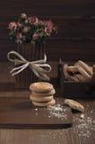 Vista laterale dei biscotti e delle rose asciutte Fotografia Stock