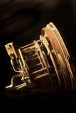 Vista laterale dei meccanismi dentro di vecchio orologio Immagine Stock