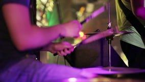 Vista laterale del batterista, dei tamburi e dei tamburo-piatti di gioco video d archivio