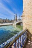 Vista laterale del canale e del ponte nella plaza de españa in Siviglia fotografia stock libera da diritti