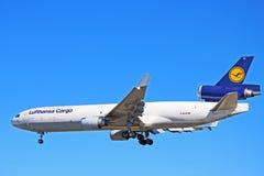 Vista laterale del cargo di Lufthansa Cargo McDonnell Douglas MD-11 fotografia stock