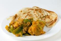 Vista laterale del curry e di paratha del capsico di Aloo Fotografia Stock