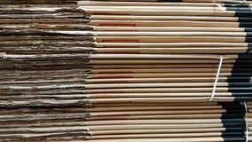 Vista laterale del mucchio del cartone ondulato in una fabbrica Fotografie Stock