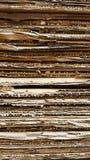 Vista laterale del mucchio del cartone ondulato in una fabbrica Immagini Stock Libere da Diritti