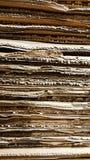 Vista laterale del mucchio del cartone ondulato in una fabbrica Immagine Stock Libera da Diritti