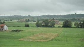 vista laterale del paese di 4 K dei campi verdi asturiani, delle colline piantate accoglienti, dei chalet, delle case di campagna stock footage