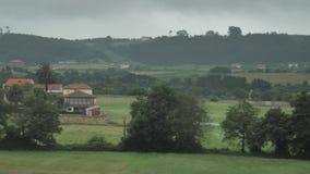 vista laterale del paese di 4 K dei campi verdi asturiani, delle colline piantate accoglienti, chalet, case di campagna, giardino archivi video