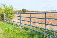 Vista laterale del portone chiuso del metallo del terreno coltivabile in Inghilterra Fotografia Stock