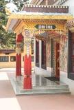 Vista laterale del tempio dorato buddista Immagini Stock