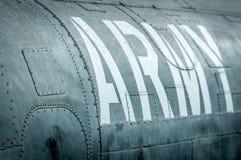 Vista laterale dell'aereo militare con l'iscrizione. Fotografie Stock Libere da Diritti
