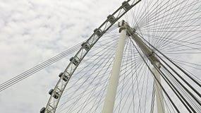 Vista laterale dell'aletta di filatoio di Singapore presa da sotto Fotografie Stock Libere da Diritti