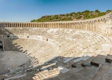 Vista laterale dell'anfiteatro di Aspendos, provincia di Adalia, Turchia Fotografie Stock Libere da Diritti