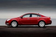 Vista laterale dell'automobile di colore rosso di ciliegia fotografie stock