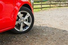 Vista laterale dell'automobile rossa Immagini Stock