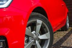 Vista laterale dell'automobile rossa Fotografia Stock Libera da Diritti
