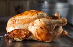 Vista laterale dell'intero pollo arrosto Immagini Stock Libere da Diritti