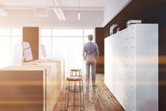 Vista laterale dell'ufficio della tavola di legno nera di ricezione, uomo Fotografie Stock Libere da Diritti