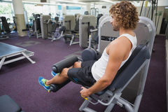 Vista laterale dell'uomo che fa allenamento della gamba alla palestra Fotografia Stock Libera da Diritti