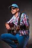 Vista laterale dell'uomo senior di rock-and-roll che gioca chitarra Fotografie Stock
