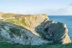 Vista laterale della baia del foro della scala in Dorset, Inghilterra del sud immagini stock