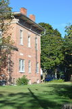 Vista laterale della casa storica del mattone fotografie stock libere da diritti