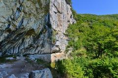 Vista laterale della cascata di Vanturatoarea dalla valle di Cerna Immagine Stock Libera da Diritti