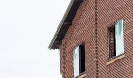 Vista laterale della costruzione di mattone abbandonata con le finestre aperte Fotografia Stock Libera da Diritti