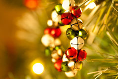 Vista laterale della decorazione di Jingle Bell Wreath Christmas Tree Fotografia Stock Libera da Diritti