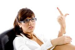 Vista laterale della donna aggrottante le sopracciglia con indicare barretta Fotografie Stock Libere da Diritti