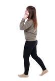 Vista laterale della donna che cammina con il telefono cellulare Fotografia Stock Libera da Diritti