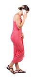 Vista laterale della donna che cammina con un telefono cellulare Fotografia Stock Libera da Diritti