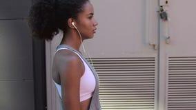 Vista laterale della donna che cammina sulla via archivi video