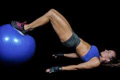 Vista laterale della donna che si esercita con la palla Fotografia Stock