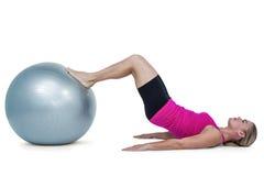 Vista laterale della donna che si esercita con la palla Fotografia Stock Libera da Diritti