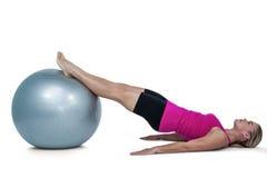 Vista laterale della donna che si esercita con la palla Fotografie Stock Libere da Diritti