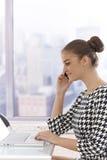 Vista laterale della donna di affari attraente sul cellulare Fotografie Stock