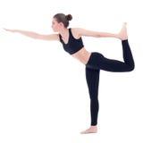 Vista laterale della donna esile che sta nella posa di yoga isolata su bianco Fotografia Stock