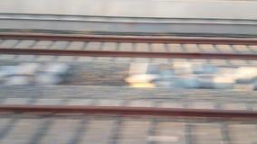 Vista laterale della ferrovia dal treno veloce in città dalla vista dell'angolo alto archivi video