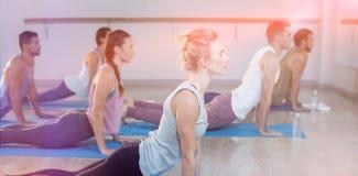 Vista laterale della gente che esegue yoga Fotografia Stock Libera da Diritti