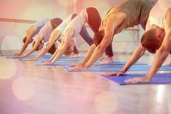 Vista laterale della gente che esegue yoga Fotografia Stock